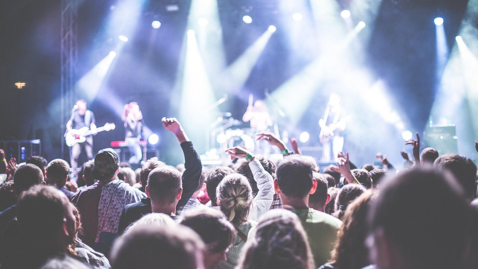 Concierto de una banda de música en un festival